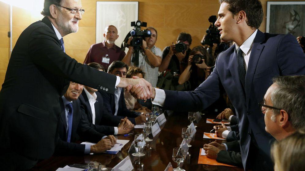 Foto: Mariano Rajoy y Albert Rivera formalizan el pacto de investidura justo hace un año, en agosto de 2016. (EFE)