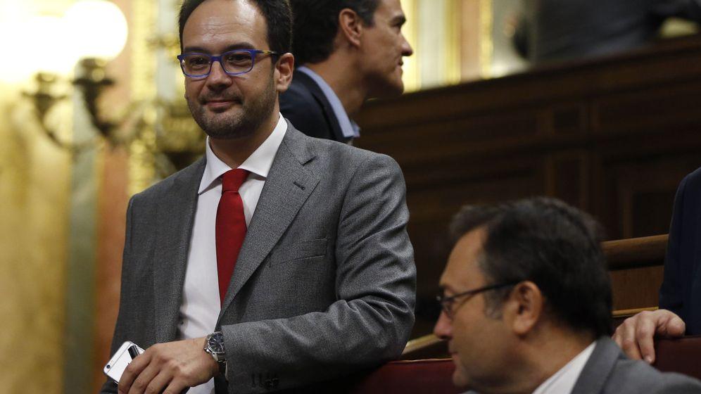 Foto: El diputado socialista Pedro Sánchez (2i) pasa junto al portavoz parlamentario socialista, Antonio Hernando (i), al inicio del debate de investidura de Mariano Rajoy. (EFE)