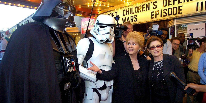 Foto: Carrie Fisher con su madre Debbie Reynolds (EFE)