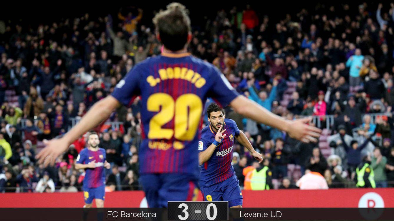 Foto: Sergi Roberto va a celebrar con Suárez el gol fabricado entre ambos. (Reuters)