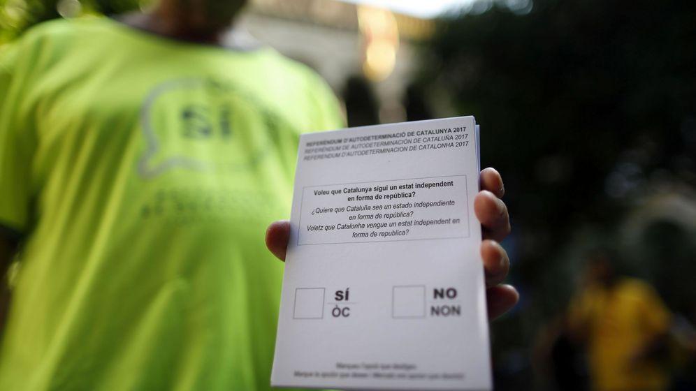 Foto: Una persona muestra una de las papeletas del referéndum sobre la independencia de Cataluña. (EFE)