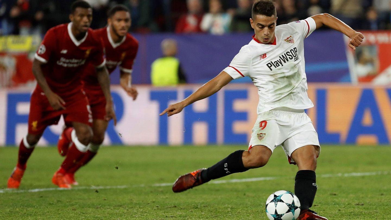 Ben Yedder, en el momento de lanzar el penalti que supuso el segundo gol del Sevilla. (EFE)