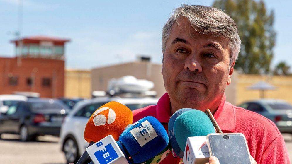 Foto: El abogado de 'La Manada', Agustín Martínez, atiende a los medios. (EFE)