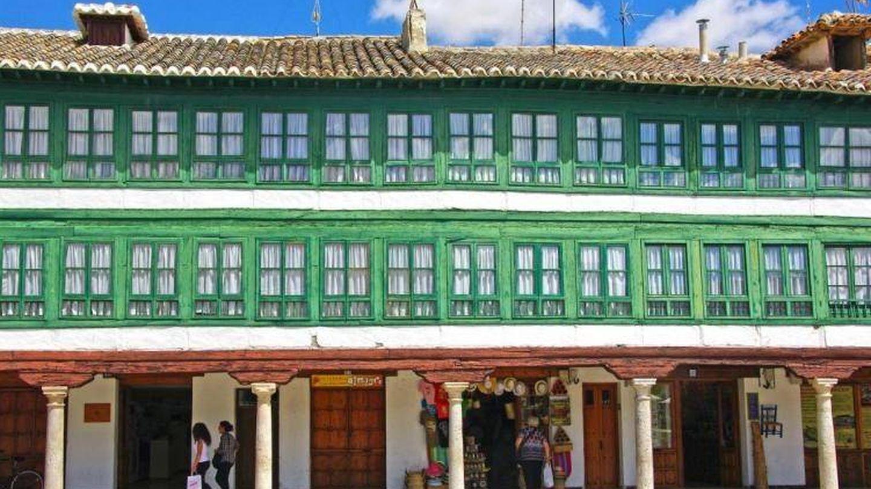 Un detalle de la plaza de inspiración flamenca. (Foto: Los Pueblos más Bonitos de España)