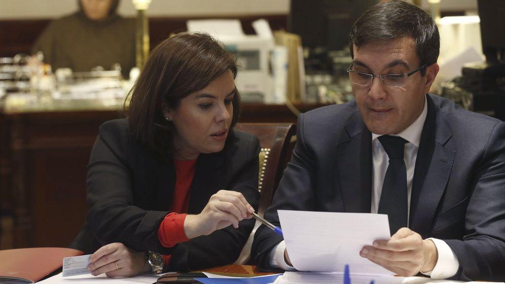 Foto: La vicepresidenta del Gobierno, Soraya Sáenz de Santamaría (i) junto a José Luis Ayllón. (EFE)