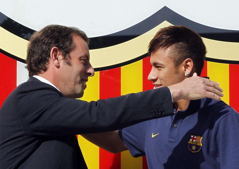 Foto: Neymar y Rosell se abrazan el día de la presentación del jugador (Reuters).