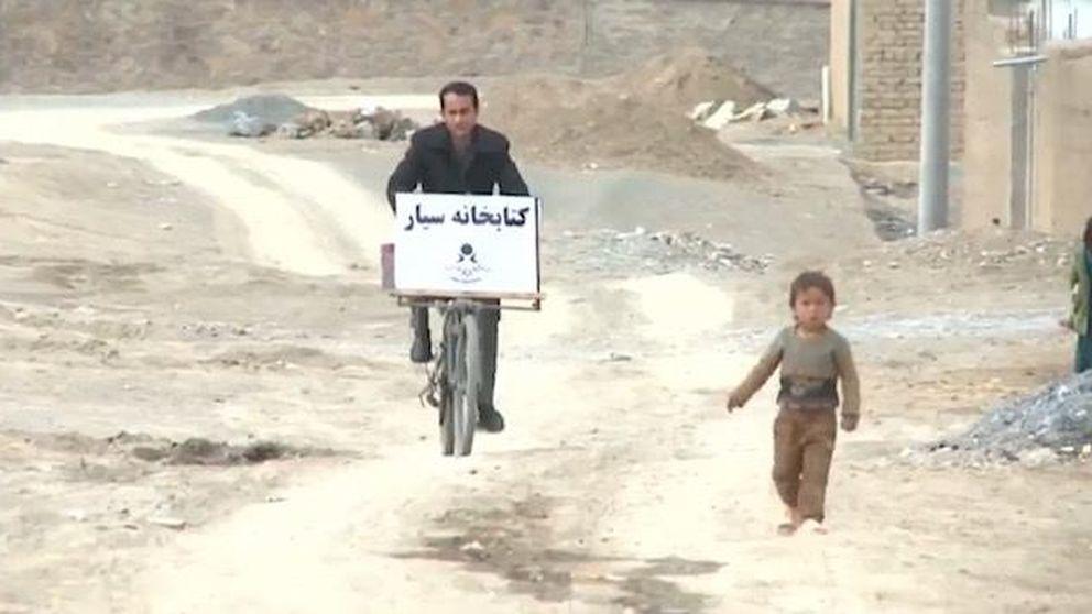 El profesor afgano que reparte libros a los niños que no pueden ir al cole