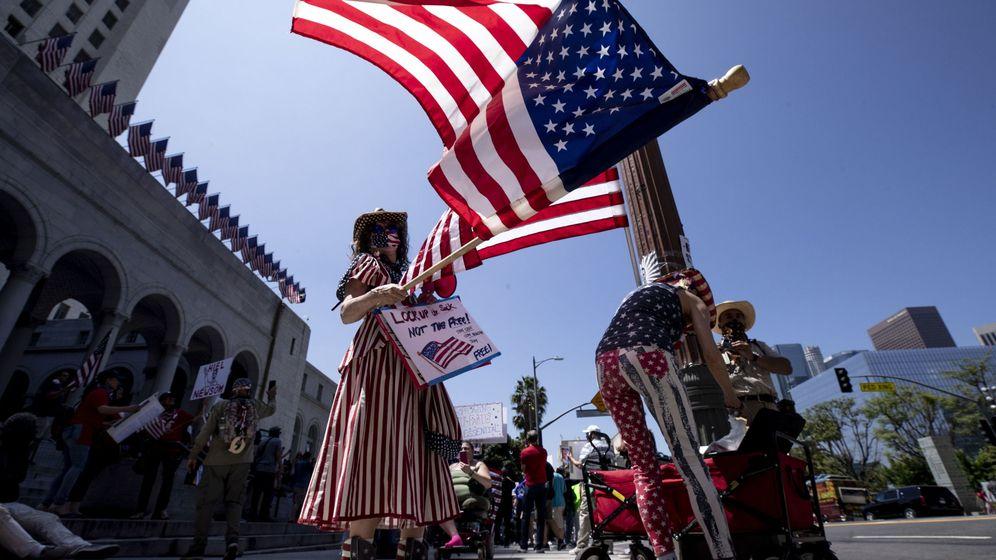Foto: Gente protestando en California contra las restricciones. (Efe)