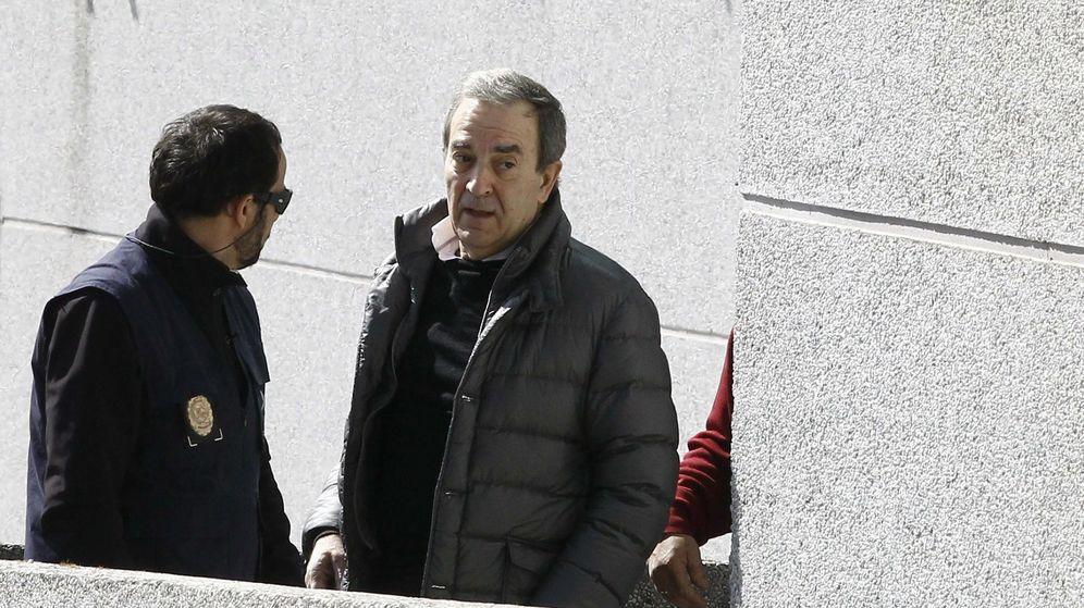 Foto: El propietario de Monbus y del Obradoiro, Raúl López, en los juzgados de Lugo. (EFE)