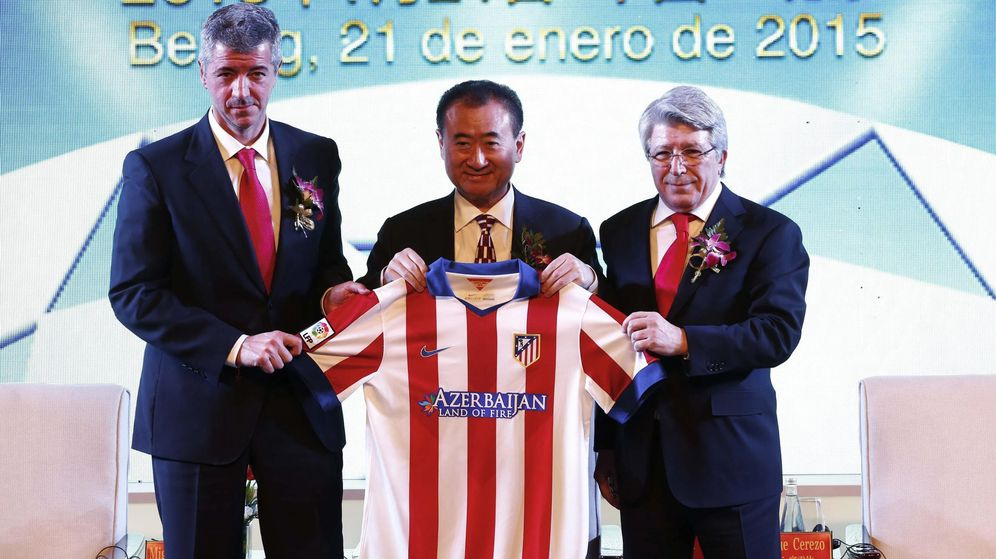 Foto: El magnate y propietario de Wanda, Wang Jianlin (c), posa junto al presidente del Atlético de Madrid, Enrique Cerezo (d), y el consejero delegado del club rojiblanco, Miguel Ángel Gil, tras firmar un acuerdo en Pekín. (EFE)