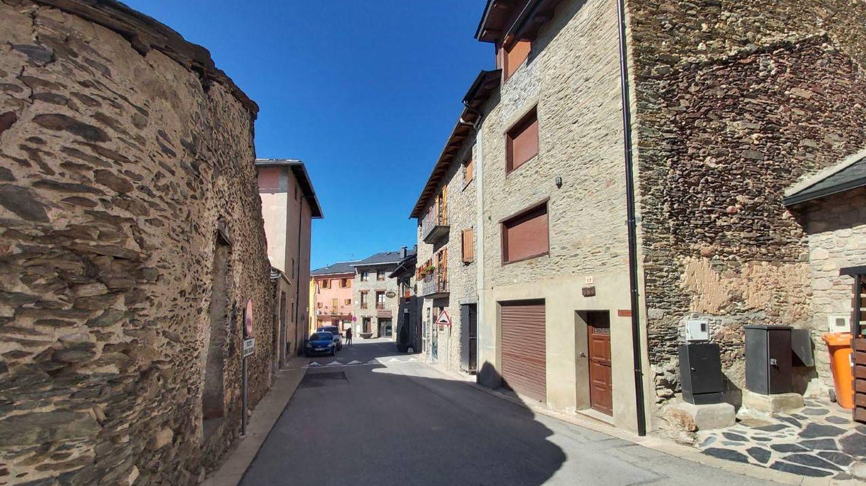 Las calles de Bolvir, donde Messi tiene una casa, desiertas este lunes. (ST)