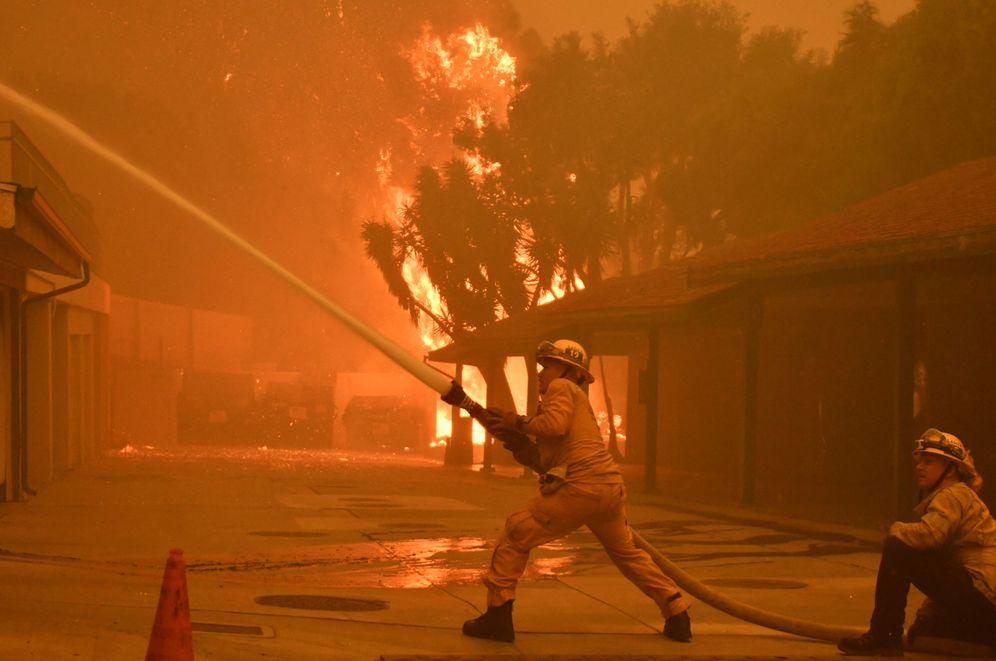 Foto: Los bomberos luchan contra las llamas en un vecindario de Malibú. (Reuters)