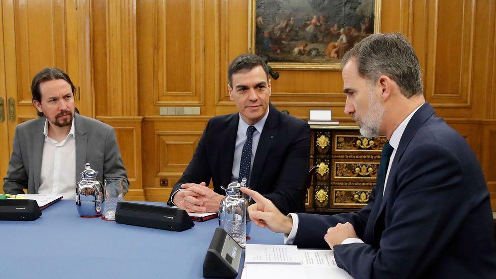 Foto: El rey Felipe conversa con el presidente del Gobierno, Pedro Sánchez (c), y el vicepresidente segundo, Pablo Iglesias (i), durante un Consejo de Ministros celebrado en el Palacio de la Zarzuela. (EFE)