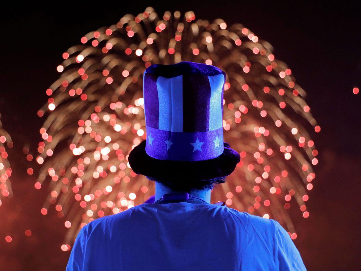 Foto: Una persona disfrazada de Tío Sam observa los fuegos artificiales del 4 de julio en Nueva York. (EFE)