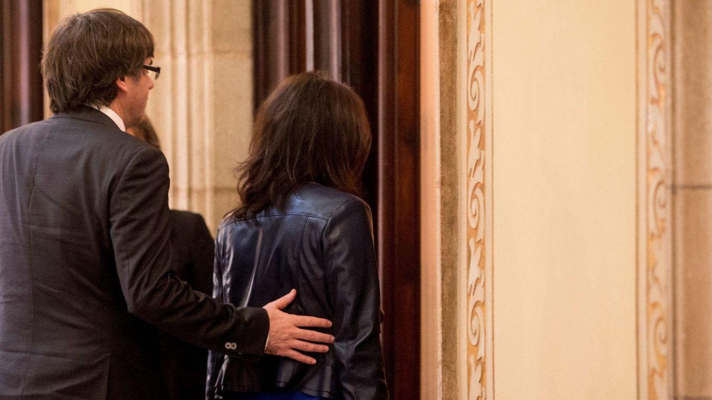 Carles Puigdemont, con su mujer, Marcela Topor, en el Parlament. (EFE)