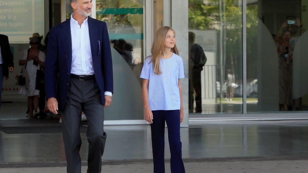 Foto: El Rey Felipe VI, acompañado de su hija la infanta Sofía, a su salida este jueves del Hospital Quirón Salud de Pozuelo de Alarcón. (EFE)