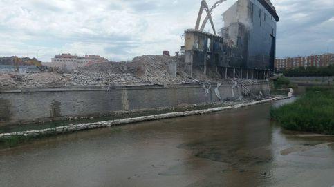 Demolición irresponsable de la última grada del Calderón: cascotes sobre el Manzanares