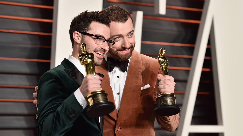 Sam Smith, a la derecha, con su Oscar. (Getty)