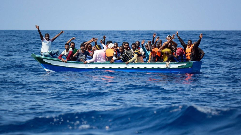 Foto: Fotografía cedida por la ONG SOS Mediterránée de varios inmigrantes siendo rescatados el pasado agosto. (EFE)