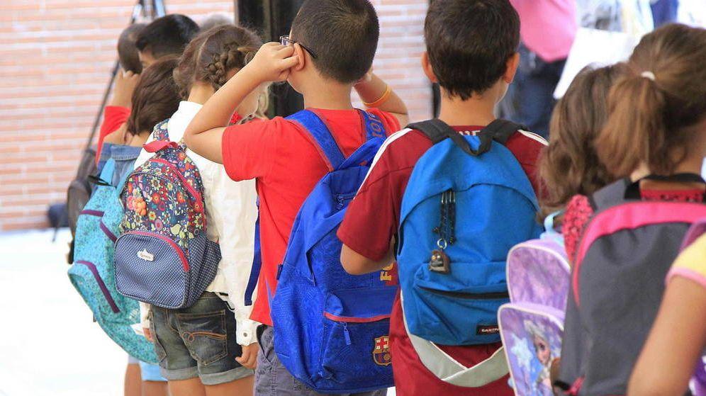 Foto: Varios niños hacen cola para entrar en el colegio. (EFE)