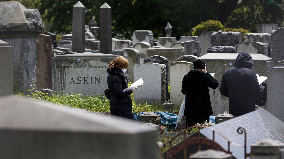 Foto: Un grupo de personas acude a un funeral en Nueva York. (EFE)