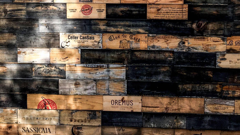 Foto: Cubierta exterior de la bodega del restaurante, con cajas de vino recicladas. / MASSIMILIANO POLLES