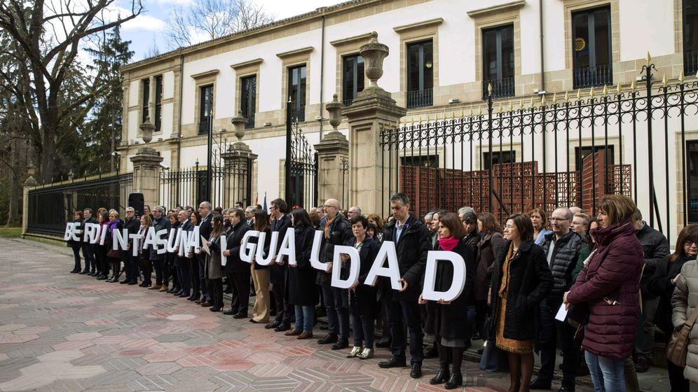 Foto: Concentración de parlamentarios del PNV junto a dirigentes y representantes institucionales ante la Cámara de Vitoria con motivo del 8-M. (EFE)