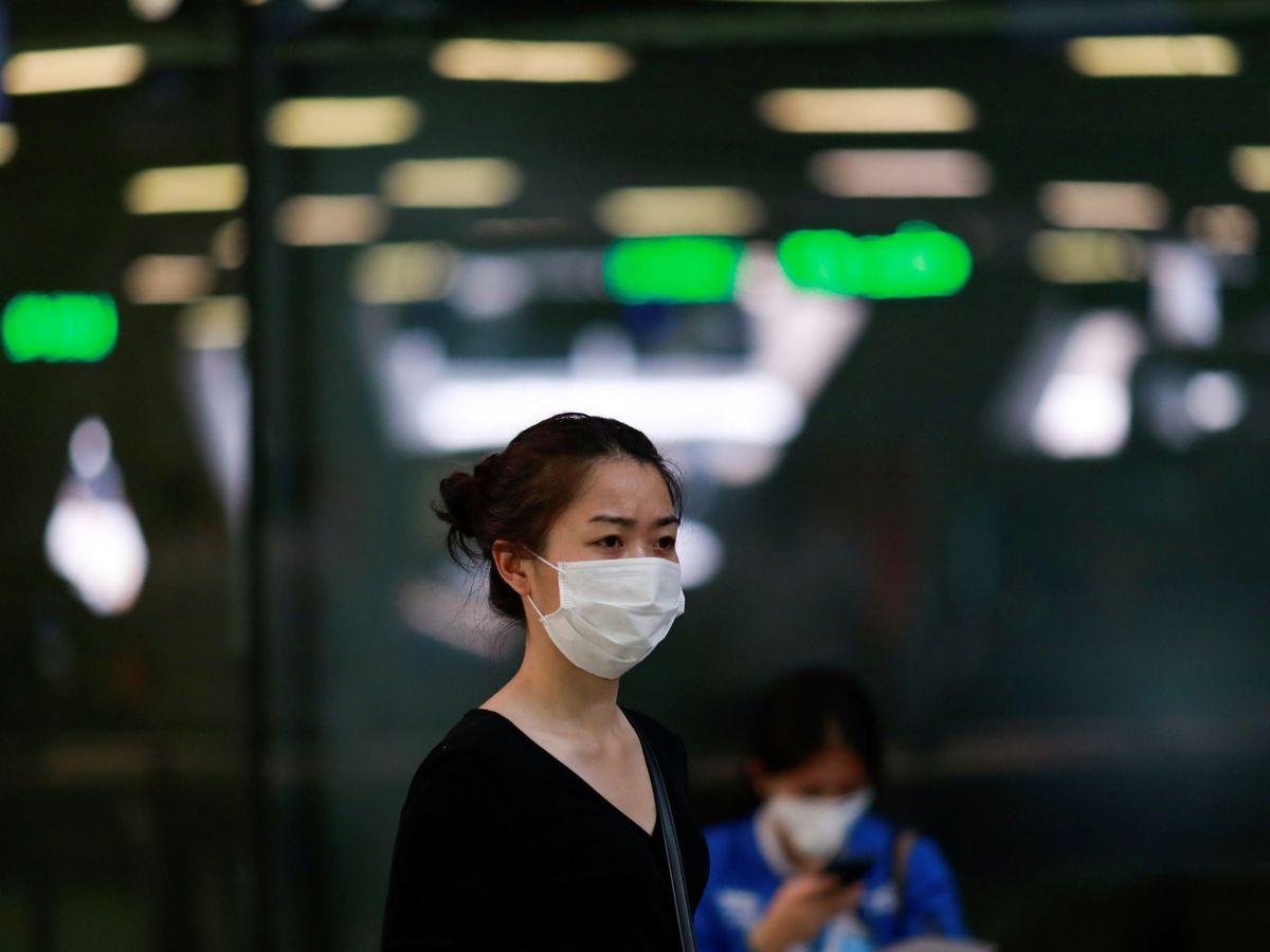 Foto: Una turista con una mascarilla protectora en el aeropuerto de Bangkok, Tailandia (REUTERS)