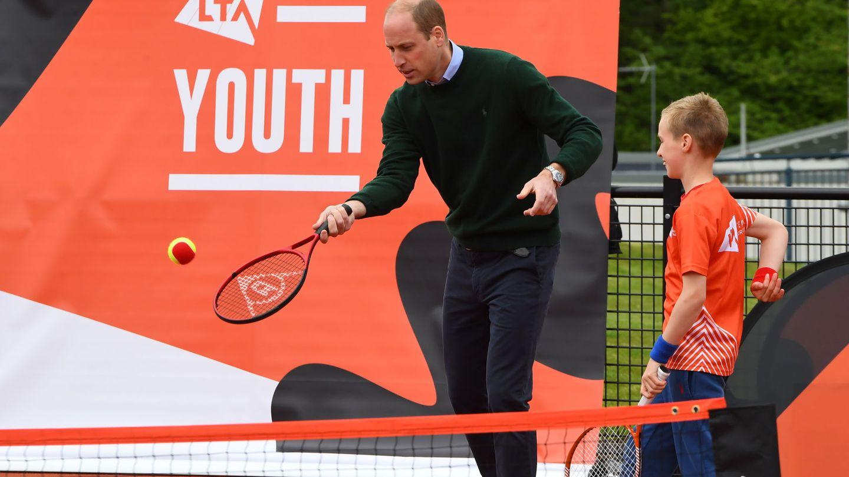 El príncipe Guillermo, jugando al tenis en uno de sus compromisos. (Reuters)