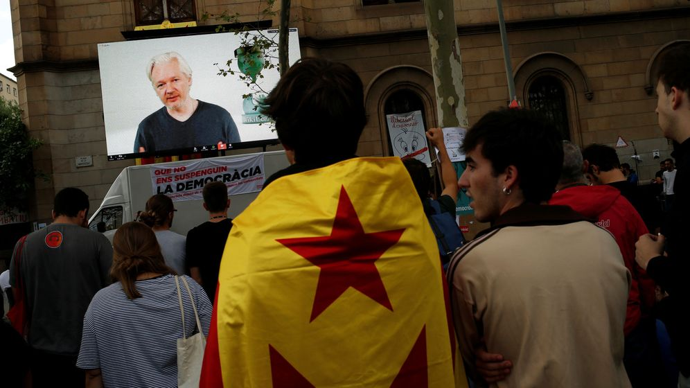 Foto: Estudiantes siguen por video las declaraciones de Assange sobre Cataluña. (Reuters)