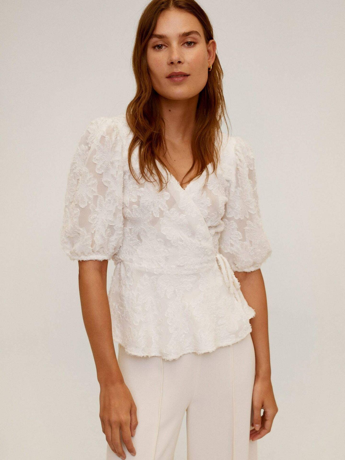Blusa blanca con relieves de Mango Outlet. (Cortesía)
