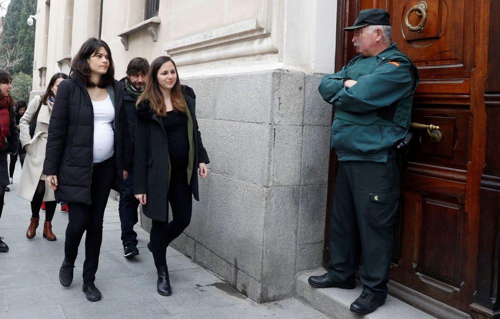 Foto: La diputada de Unidas Podemos en la Asamblea regional Isabel Serra (i), a su llegada al TSJ de Madrid en febrero. (EFE)