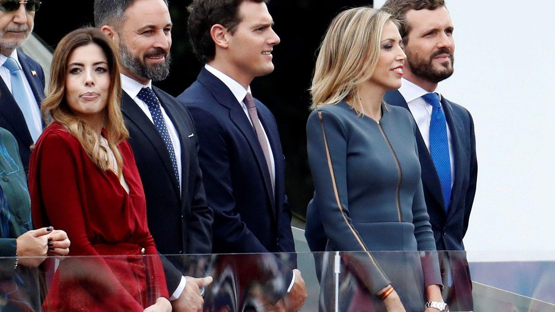 Lidia Bedman, junto a su marido y varios de sus homólogos en su debut en el desfile de la Fiesta Nacional. (EFE)