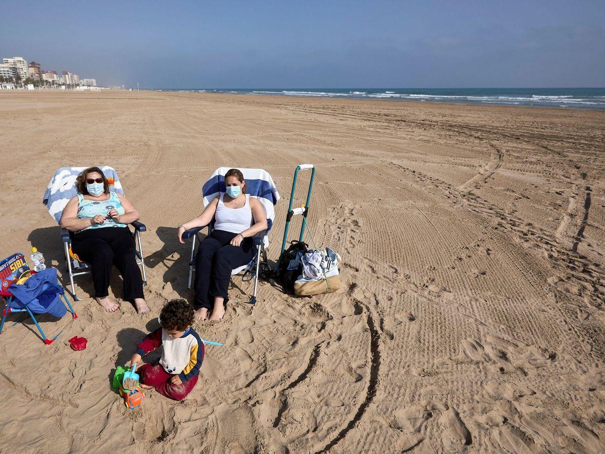 Foto: Uso de mascarillas en la playas. (EFE)