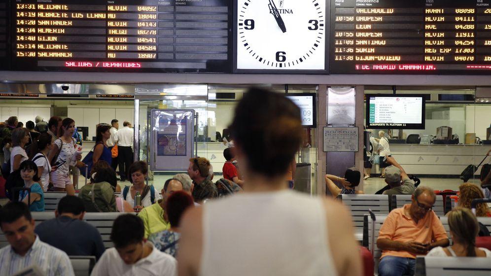 Foto: Imagen de archivo de pasajeros en la estación de Chamartín, en Madrid (EFE)