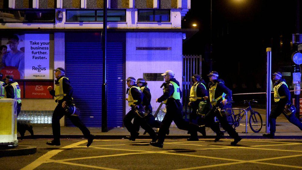 Foto: Policías corren hacia el puente de Londres tras el ataque con furgoneta. (Reuters)