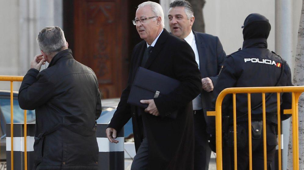 Foto: El jefe de la Policía en Cataluña durante el 1-O, Sebastián Trapote (2i), a su llegada, este jueves, al Tribunal Supremo. (EFE)