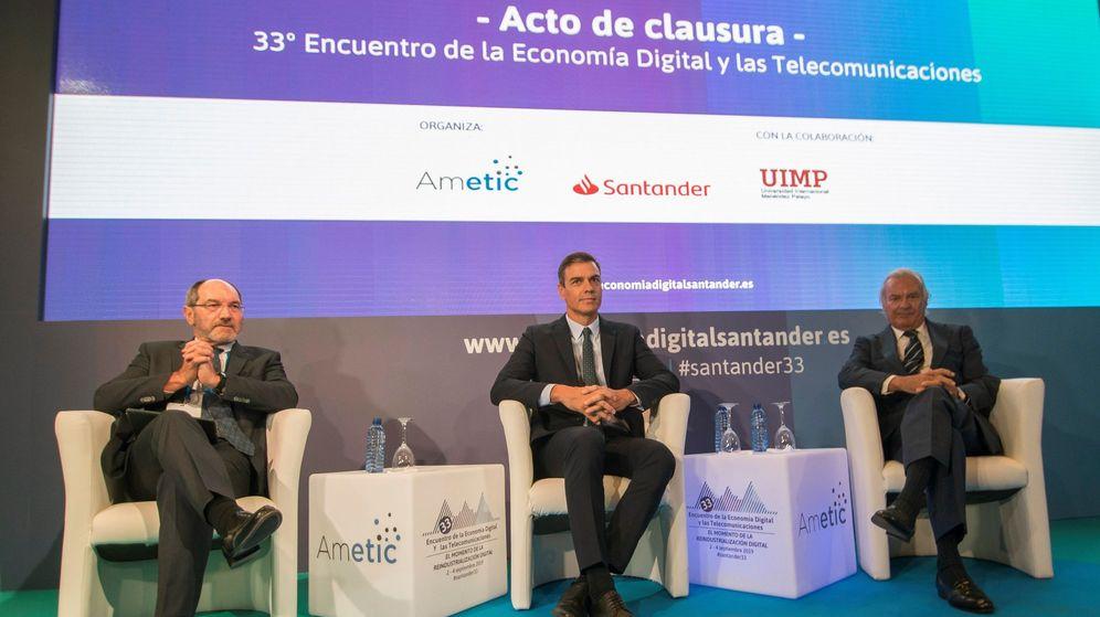 Foto: El presidente del Gobierno en funciones, Pedro Sánchez (c), el presidente de Banco Santander España, Rodrigo Echenique, y el presidente de Ametic, Pedro Mier (i), durante la clausura del encuentro. (EFE)