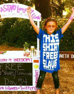 Foto: La pequeña Vivienne Harr en su puesto de limonada. (Makeastand.com)