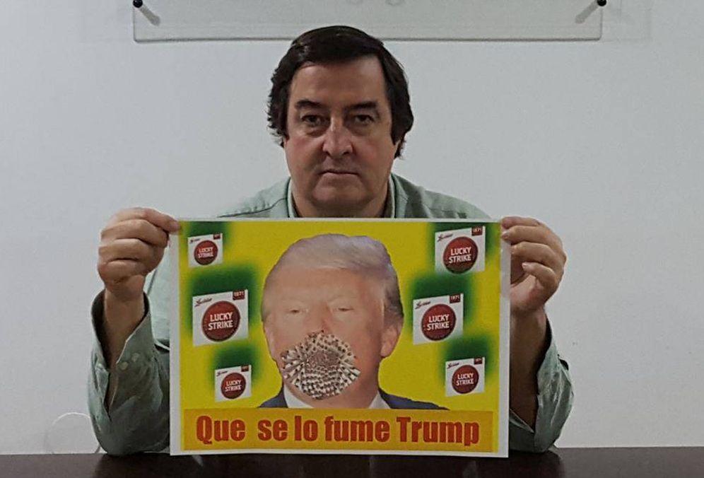 Foto: Ángel García, presidente de Asaja Extremadura, sostiene el cartel de la campaña de boicot 'Que se lo fume Trump'.