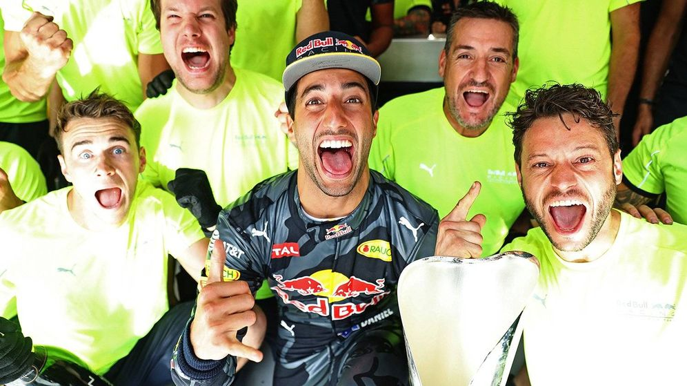 Foto: Daniel Ricciardo celebrando (a su manera) con su equipo el podio de Bélgica.
