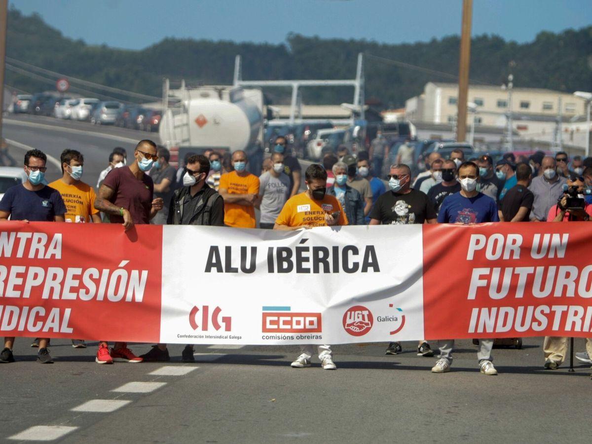 Foto: Trabajadores de Alu Ibérica se manifiestan en A Coruña. (EFE)