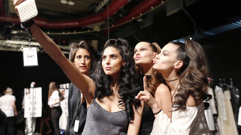 Modelos posando para un selfi. (Getty)