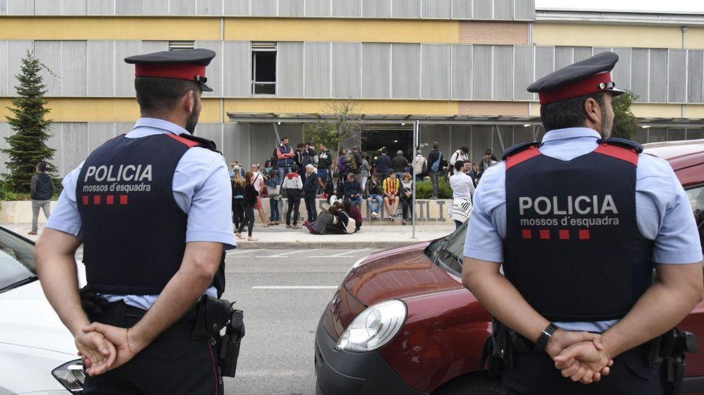 Foto: Mossos ante el colegio Gili Gayà de Lleida este domingo (EFE)