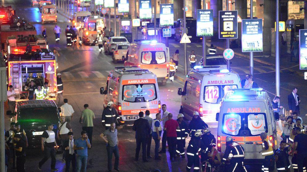 Foto: Exteriores del aeropuerto de Estambul donde se ha perpetrado el ataque terrorista. (Reuters)