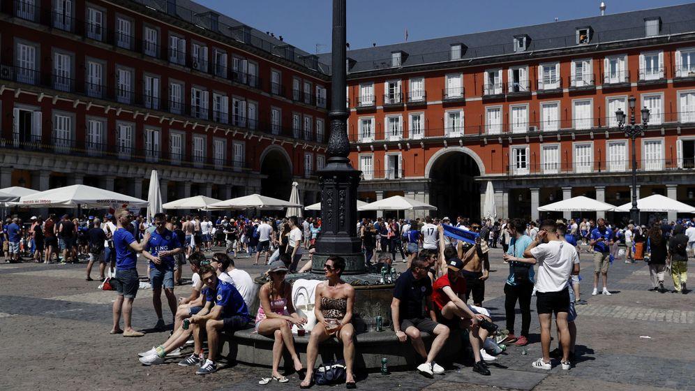 Foto: Turistas en la Plaza Mayor de Madrid. (EFE)