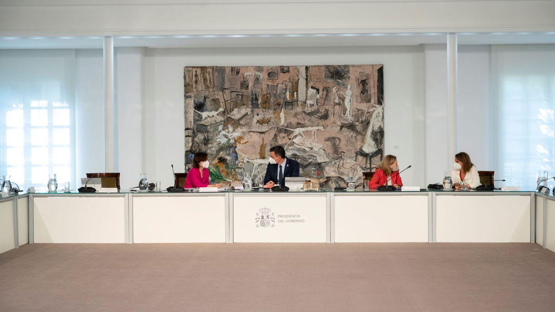 El presidente con los vicepresidentes del Gobierno en el Consejo de Ministros. (EFE)