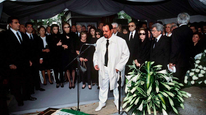 La familia del Sha Reza Pahleví durante el funeral de su hija, Leila Pahleví. (Reuters)