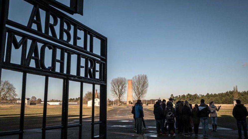 Foto: Entrada al campo de Sachsenhausen, con el obelisco soviético al fondo