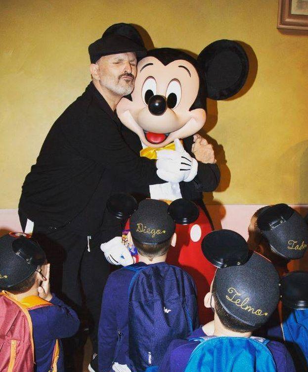 Foto: Miguel Bosé junto a sus hijos y Micky Mouse en una imagen de Instagram.